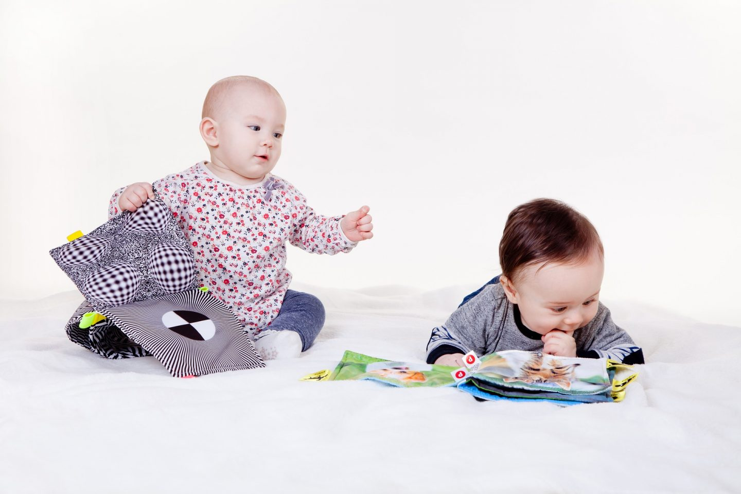 10 easy ways to entertain a baby and a toddler